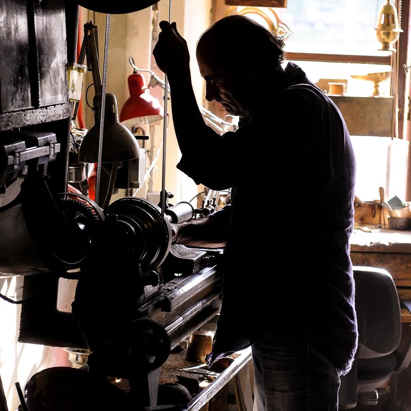 Cesare Giovacchini al lavoro in Bottega ad un vecchio tornio