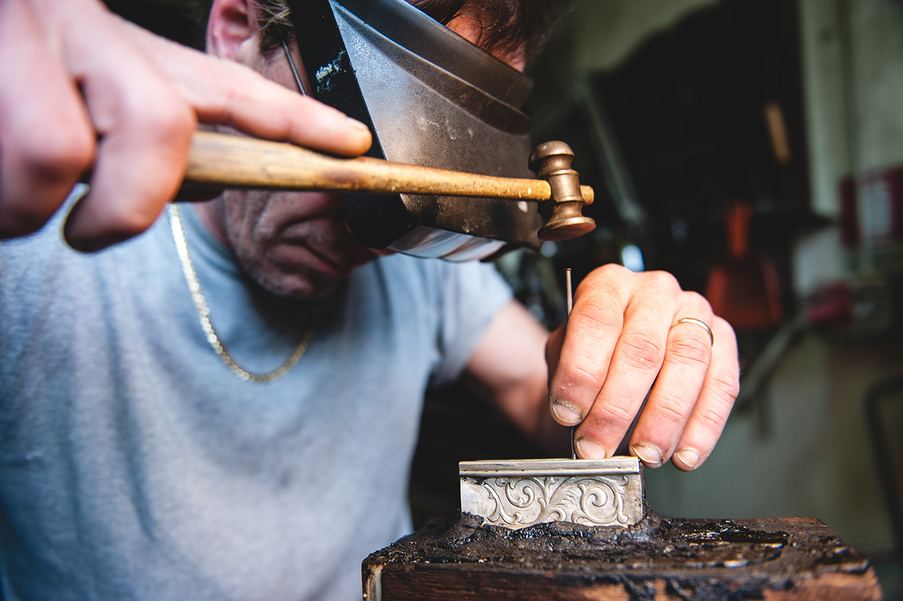 la bottega di nello argentieri Angelo lavorazione